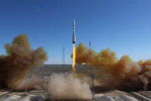 """Rusijos raketa """"Proton"""" netrukus po pakilimo nukrito ir sudegė"""