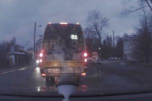 Šiurpiai važiavęs mikroautobuso vairuotojas sulaukė atpildo