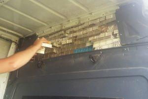 Mikroautobuse pasieniečiai aptiko baltarusiškų rūkalų slėptuves