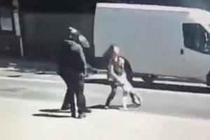 Įžūlus nusikaltimas Anglijoje: vidurdienį gatvėje užpulta moteris su vaiku