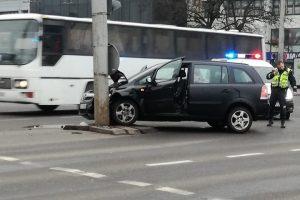 """Prie """"Savo"""" moters vairuojamas automobilis rėžėsi į stulpą"""