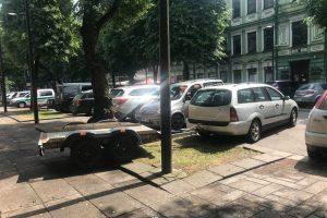 Šalia policijos skyriaus – neleistinai pastatytas automobilis