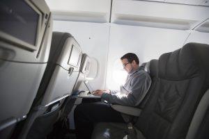 JAV galutinai atšaukė elektronikos prietaisų orlaivių salonuose draudimą