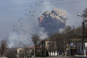 Ukrainoje užsiliepsnojo šaudmenų sandėlis, įtariama diversija