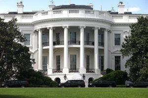 Baltieji rūmai gina D. Trumpo reakciją į smurtą Virdžinijoje
