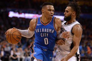 """NBA: R. Westbrooko trigubas dublis pastatė """"Spurs"""" į vietą"""