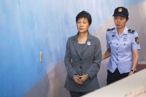 Atstatydinta Pietų Korėjos prezidentė už grotų turės praleisti 32 metus