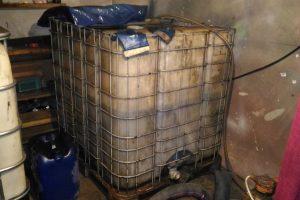 Pareigūnai garaže aptiko 650 litrų dyzelino