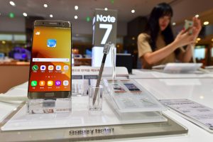 "Užsidegus ""Samsung Galaxy Note 7"" telefonui evakuotas JAV lėktuvas"