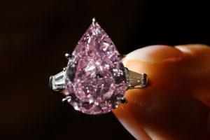 Ženevos brangakmenių aukcionuose – istorinę vertę turintys akmenys