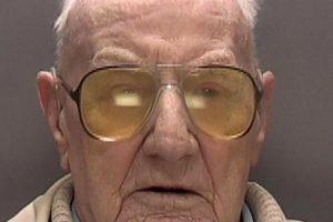 Britanijoje šimtamečiam pedofilui skirta 13 metų nelaisvės bausmė