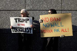 Aviacijos sektorius sukritikavo D. Trumpo politiką dėl imigrantų