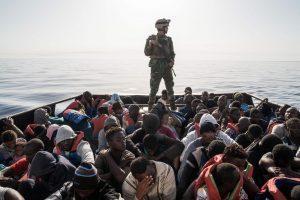 """Migrantus gelbėjančioms organizacijoms parengs """"elgesio kodeksą"""""""
