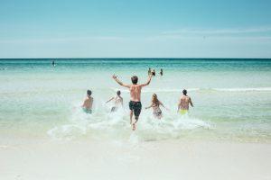 Tyrimas: lietuviai per atostogas taškosi vandeniu ir pinigais