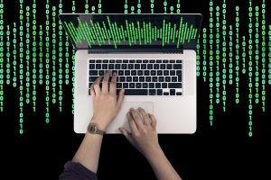 IT srities absolventų atlyginimai didžiausi, o specialistų paklausa nemažėja