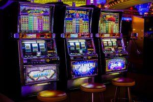 Prienuose grasindami ginklu užpuolikai apiplėšė lošimo automatų saloną