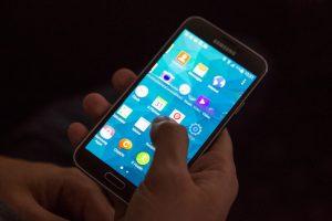 """""""Samsung"""" problemos rodo, kokie tapome priklausomi nuo išmaniųjų telefonų"""