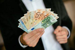 Nuo liepos minimali alga padidės iki 380 eurų