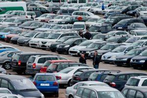 Ukrainiečiai automobilius graibsto net iš metalo supirkėjų