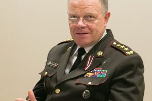 Atsistatydina Latvijos ginkluotųjų pajėgų vadas