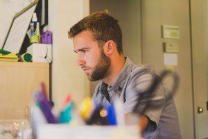 Aukštąjį išsilavinimą turinčių darbuotojų atlyginimai auga daug sparčiau