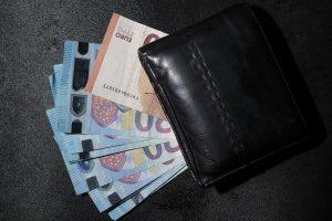 Kiek žmonių Lietuvoje pernai gavo minimalią ir mažesnę algą?
