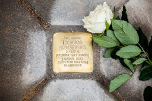 Lietuvos miestų ir miestelių grindiniuose atsiras aštuoni Atminimo akmenys