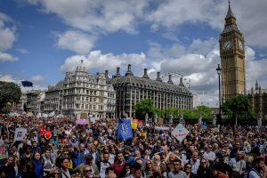 """Britanijos vyriausybė atmetė peticiją dėl pakartotinio """"Brexit"""" referendumo"""