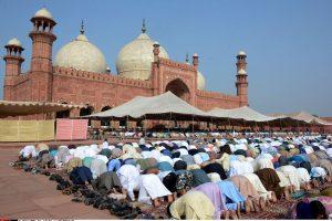 Pakistano mečetėje susisprogdinus mirtininkui žuvo mažiausiais 16 žmonių