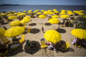 Krūtines apsinuoginusios moterys sukėlė pasipiktinimą Argentinos paplūdimyje