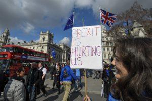 """Apklausa: keturiems iš dešimties britų """"Brexitas"""" kelia susirūpinimą ir pyktį"""