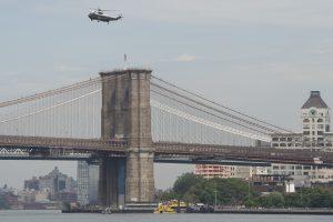 Nuo Bruklino tilto nušokęs vyras liko gyvas