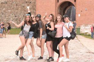 """Trakų pilį supa gausios festivalyje """"Radistai Castle'17"""" šėlsiančių žiūrovų pajėgos"""