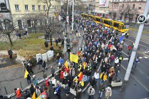 Tūkstančiai vengrų protestuoja dėl naujų viršvalandžių įstatymų
