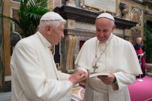 Popiežius emeritas dėkoja Pranciškui už dėmesį gailestingumui