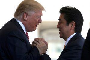D. Trumpas šiltai sutiko Japonijos premjerą