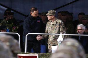 Lenkijos lyderiai pasitinka NATO karius, skelbia apie istorinį momentą