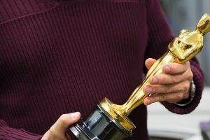 """Artėjant JAV kino akademijos apdovanojimams, baigiami gaminti """"Oskarai"""""""
