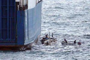 Prie Benino krantų laivą užpuolę piratai pagrobė tris įgulos narius rusus