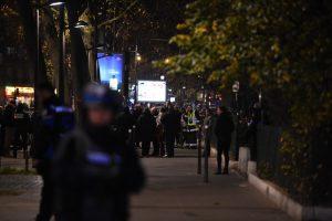 Paryžiuje įkaitais laikyti asmenys saugūs, ginkluotas plėšikas paspruko
