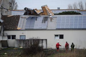 Prancūzijos pietvakariuose per smarkią audrą be elektros liko 250 tūkst. namų