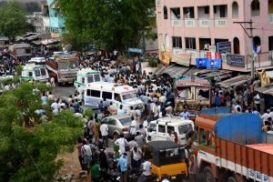 Indijoje žuvo mažiausiai 13 žmonių, sunkvežimiui įsirėžus į minią ūkininkų