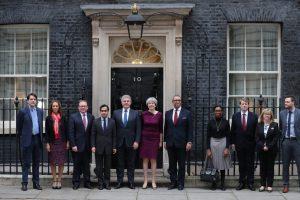 Chaotiška Britanijos premjerės naujametinių pertvarkų pradžia