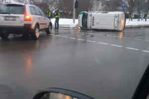 Šiauliuose per avariją apvirto policijos automobilis