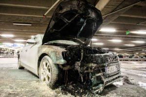 """""""Akropolio"""" automobilių aikštelėje užsiliepsnojo """"Audi"""""""
