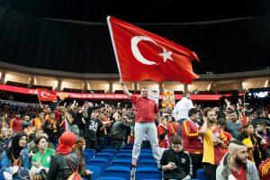 Dėl sirgalių riaušių vėlavusiose Eurolygos rungtynėse – ALBA klubo pergalė