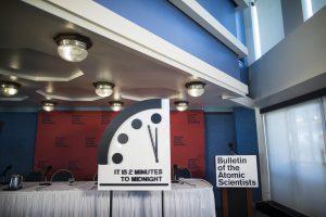 """""""Pasaulio pabaigos laikrodžio"""" rodyklės rodo be dviejų minučių vidurnaktį"""