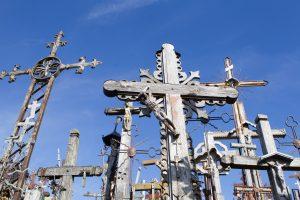 Kryžių kalne ukrainiečių kariai pastatė kryžių