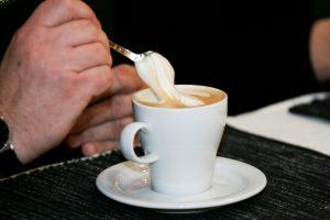 Stiklinė pieno, kavos, greipfrutas: su vaistais šie produktai gali tapti pavojingais