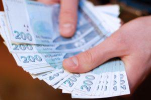 Alytuje du žmonės bandė atsiskaityti suklastotais 200 litų banknotais